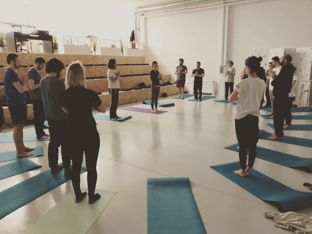 Gruppo di Uqido che fa yoga