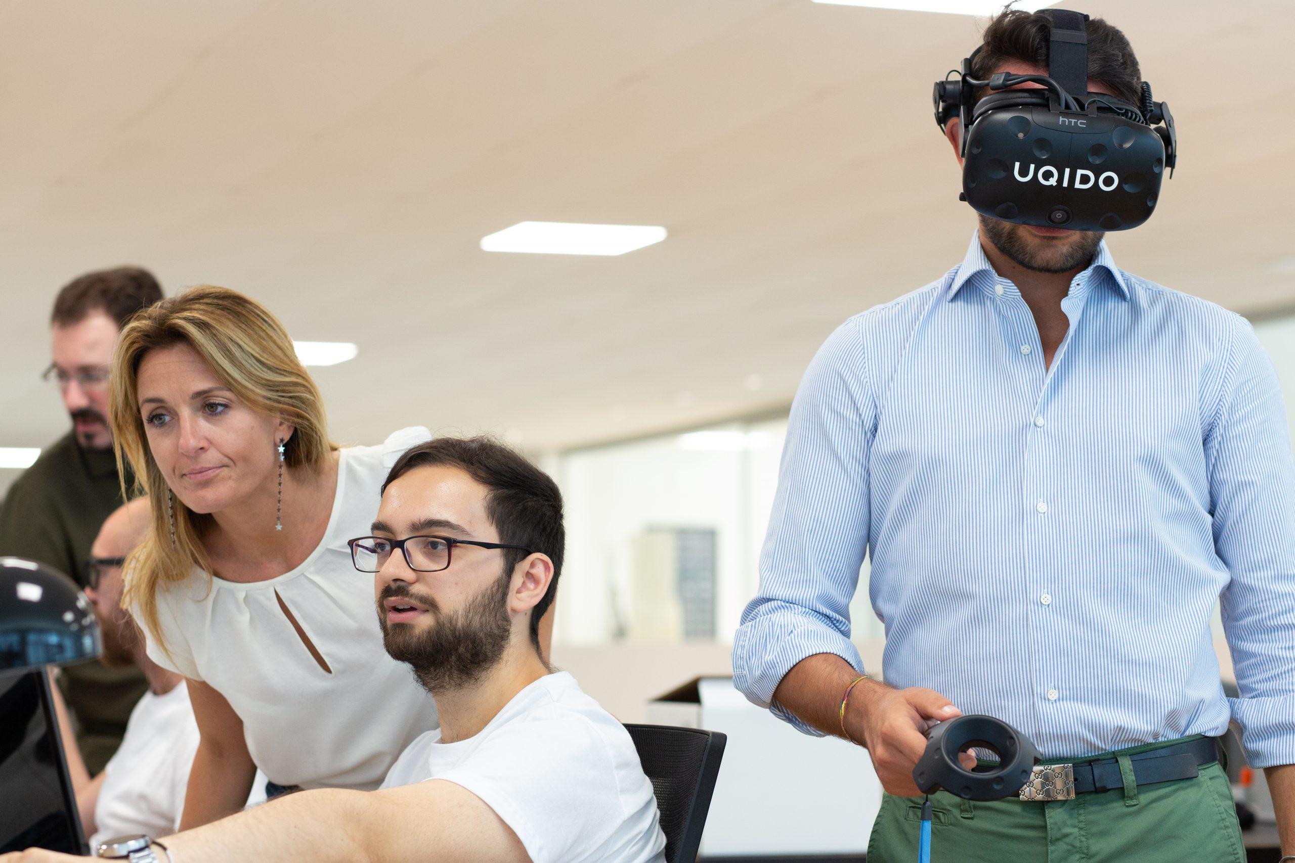 Al lavoro al MVP Lab con developer e pesone con visore di realtà virtuale