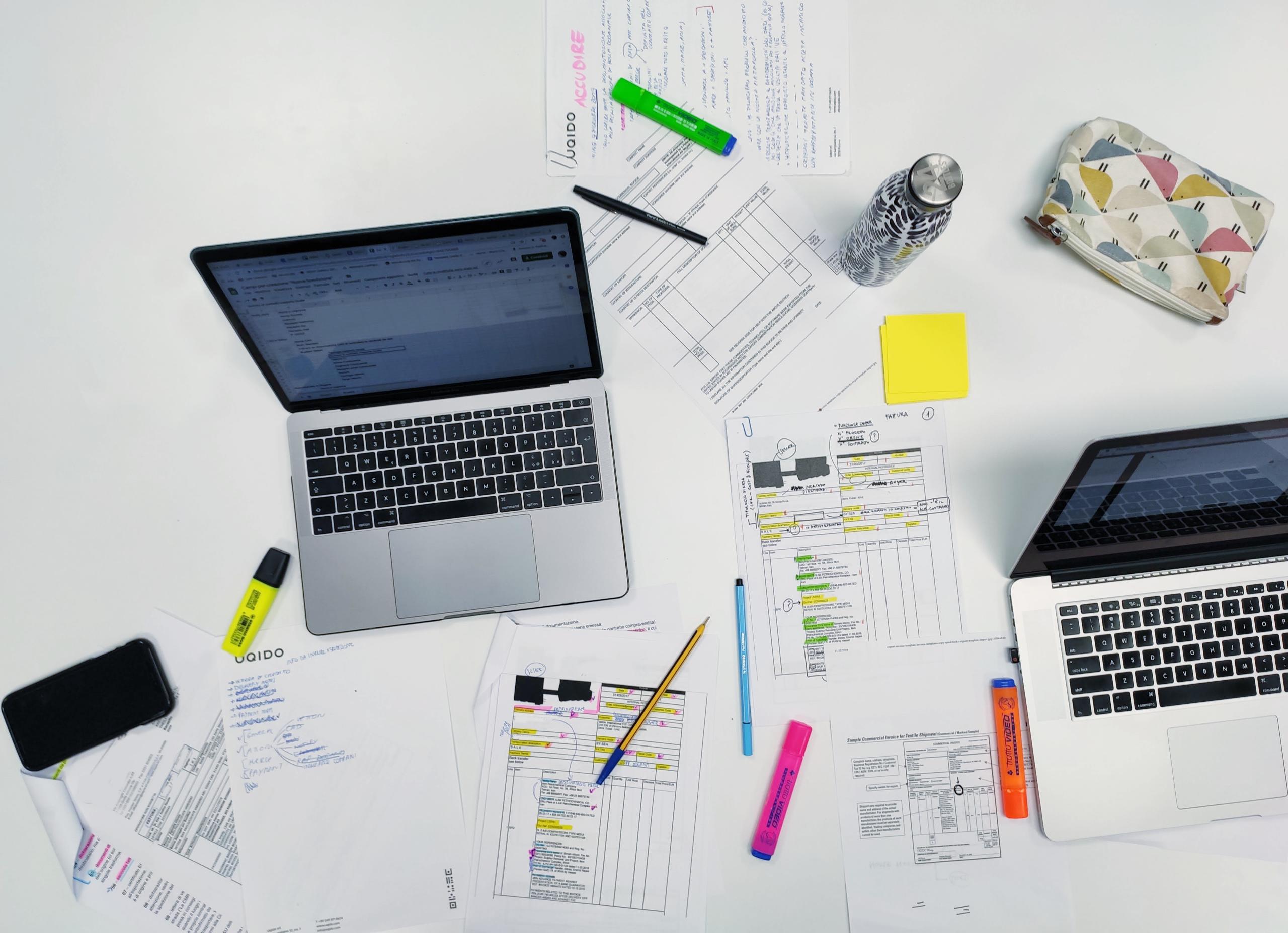 Tavolo con pc e appunti durante la progettazione