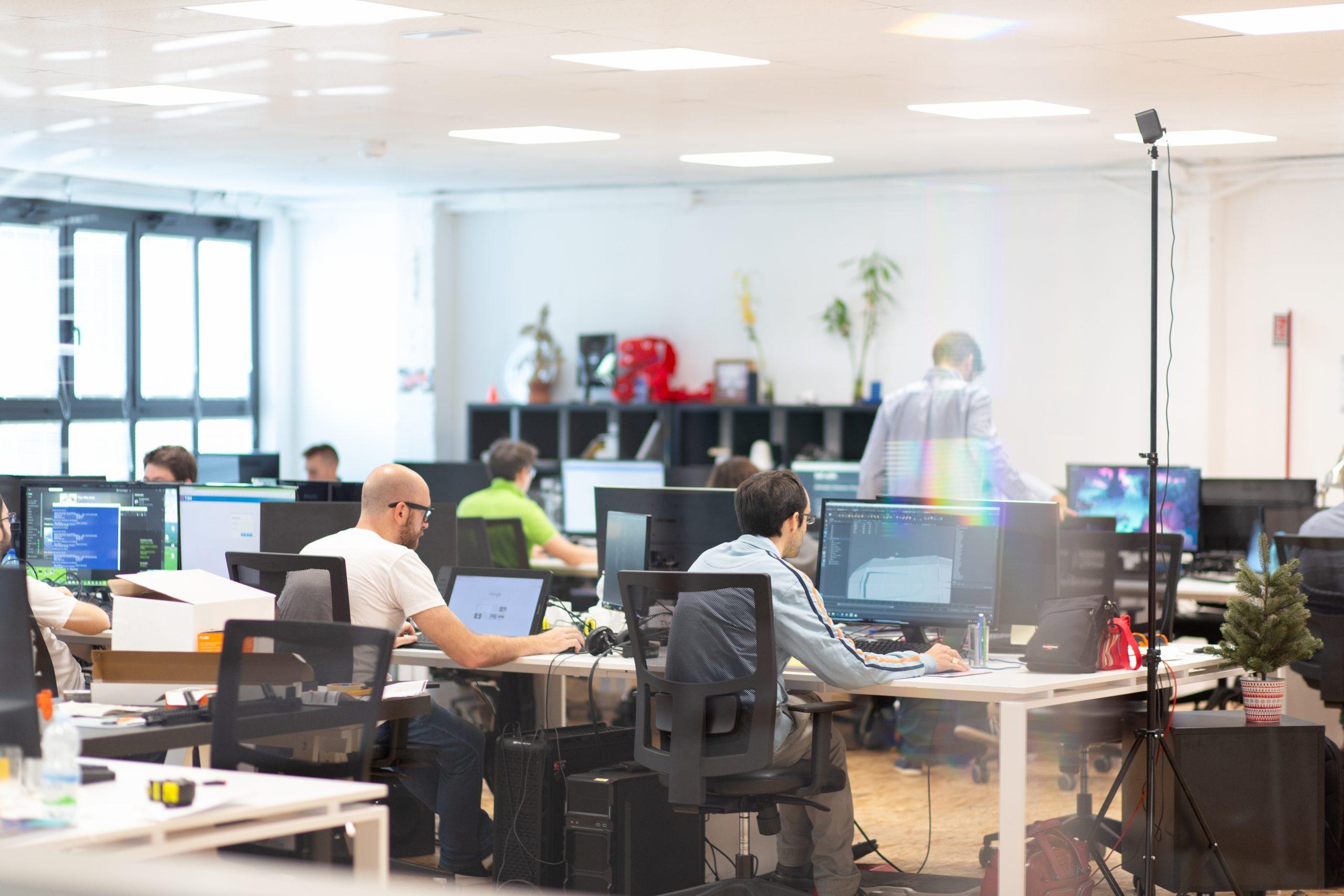 Persone al lavoro nell'open space sede di Uqido