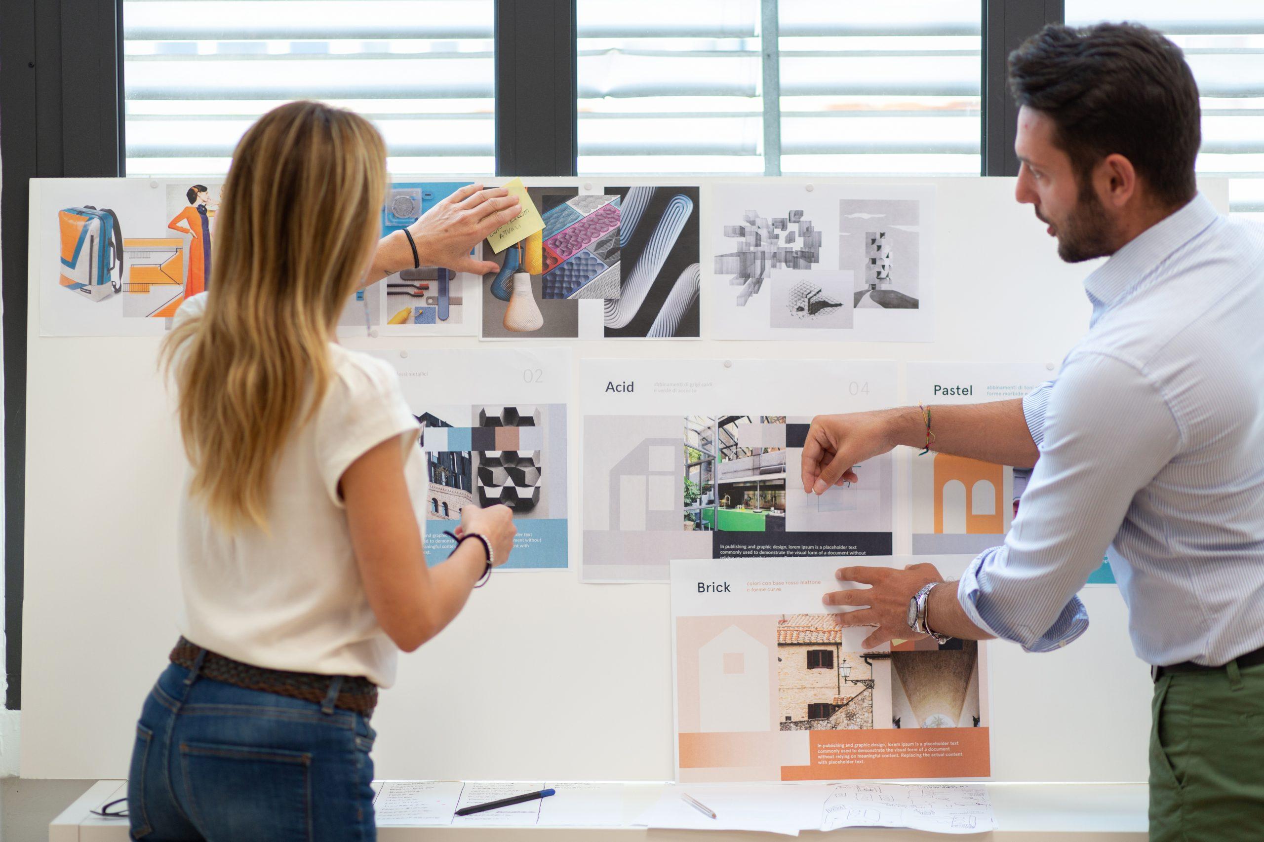 Due persone che lavorano a delle idee con postit e moodboard