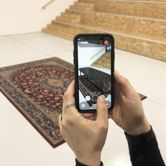 Un'applicazione della realtà aumentata per l'arredamento che mostra un tavolo virtuale